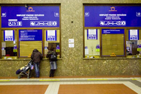 V hale a vestibule Hlavnej stanice sú od tohto týždňa rozdelené služby do farebne odlíšených zón.