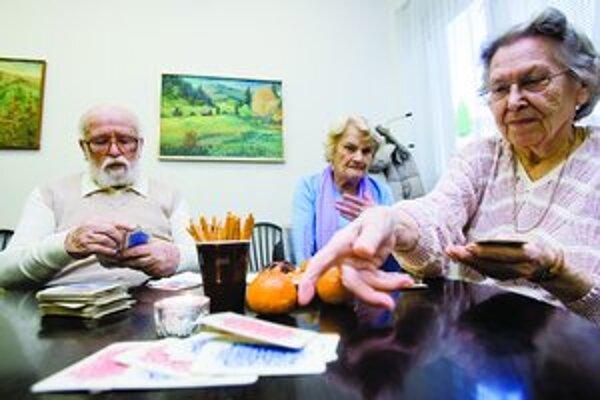 Na vianočnom posedení v Klube dôchodcov na Záhrebskej sa ľudia zhovárali, ochutnávali koláče a hrali karty.