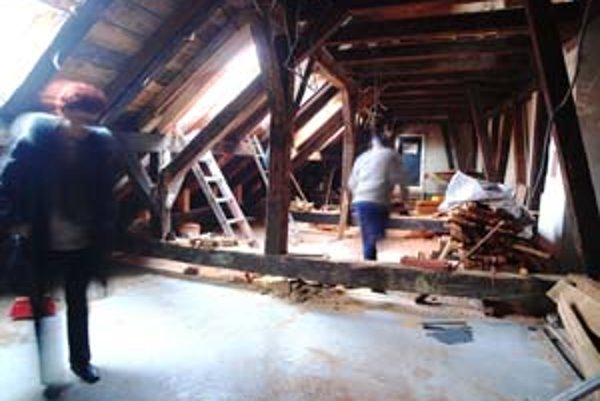 Veľký priestor v podkroví, ktorý v Galérii mesta Bratislavy objavili pri odstraňovaní azbestu, má slúžiť ako výstavný. Chýbajú však peniaze na jeho opravu.