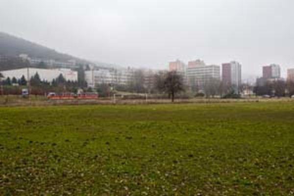 V lokalite, kde sa uvažuje o výstavbe, je dnes bývalá pekáreň a futbalové ihrisko.