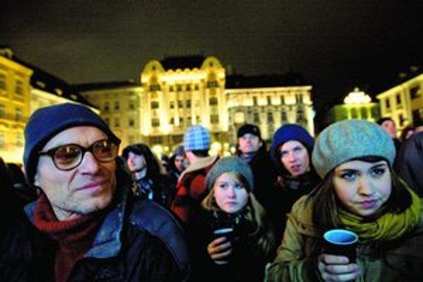 Oslavy Silvestra sa pre mráz rozbiehali pomalšie, neskôr ulice zaplnili davy.