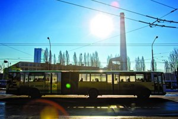 Pätina mestských autobusov jazdí na plyn, jeho nedostatok však zatiaľ žiadne obmedzenia v hromadnej doprave nespôsobil.