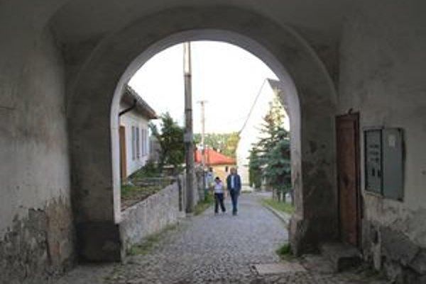 Piargsku bránu čakajú opravy.