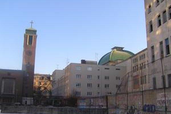 V blízkosti opusteného areálu bývalého pivovaru je zanedbané ihrisko a Nový evanjelický kostol. Cirkevné priestory často navštevujú bezdomovci. Niekdajší Stein stráži bezpečnostná služba.