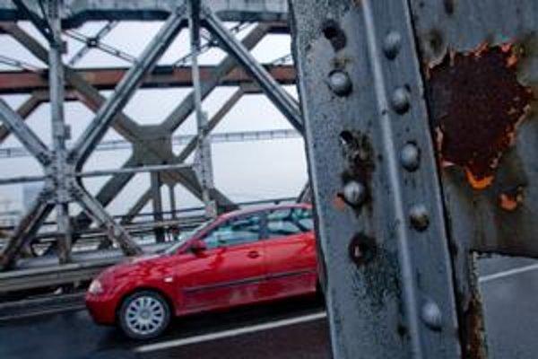 Za porušenie zákazu vjazdu na Starý most hrozí šoférom pokuta 66 eur.