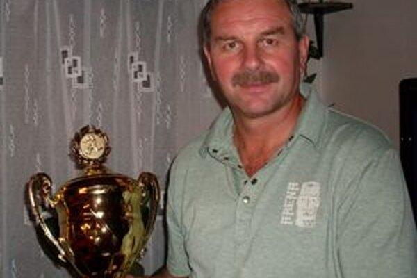 Manažér Dolnej Ždane Stanislav Neuschl s pohárom za 2. miesto v III. lige.
