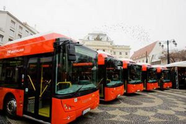 V meste má premávať 25 nových vozidiel. Medzi nimi sú aj 12-metrové autobusy značky Tedom z nedávno vyhodnoteného tendra.