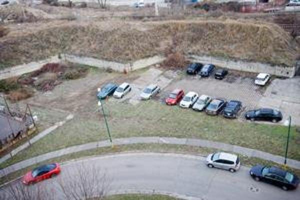 Na Černyševského sa parkovalo na dvoch provizórnych parkoviskách. To naľavo je dnes ako zeleň.