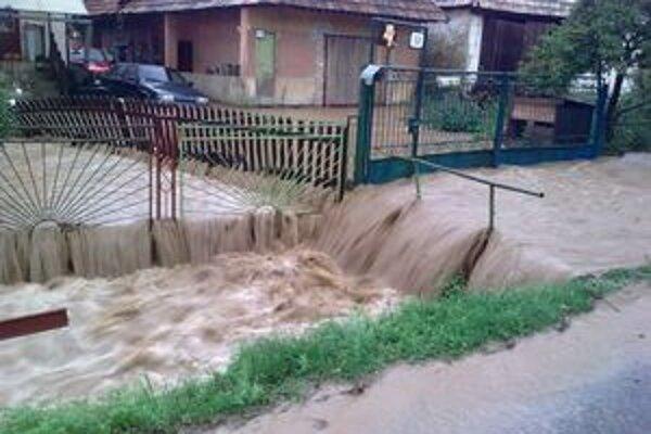 Voda sa valila obcou veľkou rýchlosťou.Zaplavila dvory aj pivnice.