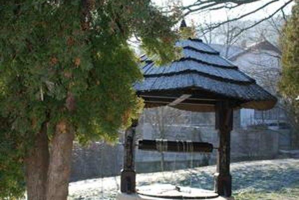 Takzvaná Horánska studňa je motívom erbu Dúbravky, dnes stojí na detskom ihrisku.