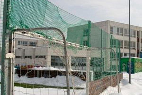 Karlova Ves uvažuje o vystavaní športovej haly v areáli Základnej školy Alexandra Dubčeka na Dlhých dieloch. V rozpočte však nemá na to vyčlenené prostriedky.