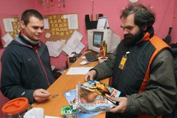Na nástenke vo výdajni časopisu Nota bene na Karpatskej 10 si bezdomovci môžu zistiť svoje volebné okrsky.