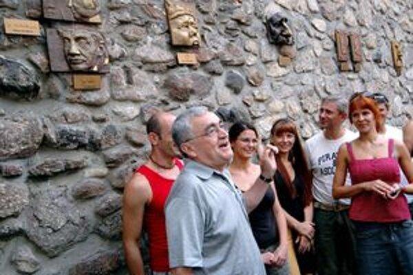 V uličke slávnych nosov pribudnú plastiky nosov kremnického spisovateľa, aforistu Ľuda Tatrana a herca Jozefa Kronera.