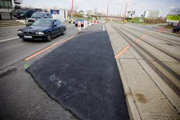 Po novom prejazde cez električkovú trať blízko Slovanetu sa majú autá dostať späť na ružinovský smer.