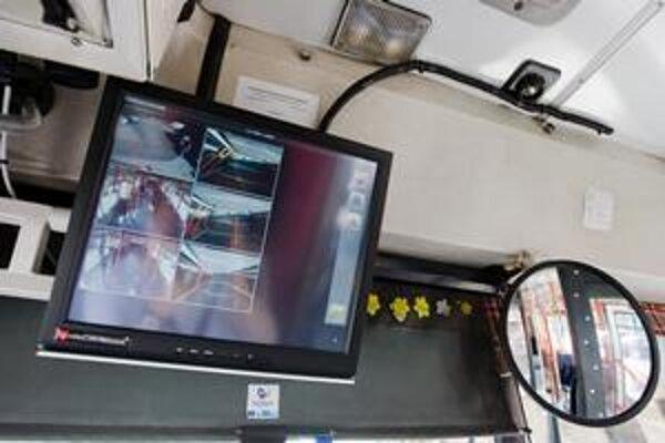 Vodič môže sledovať kamerový záznam na monitore. Kamery snímajú priestor pre cestujúcich, priestor dverí a aj pred vozidlom.