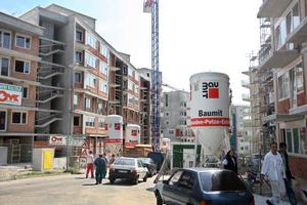 Výstavba na Kresánkovej ulici na Dlhých dieloch sa ešte nekončí. Okrem bytových domov má pribudnúť aj polyfunkčný. Prestavať sa má križovatka Hany Meličkovej a Kresánkovej ulice.