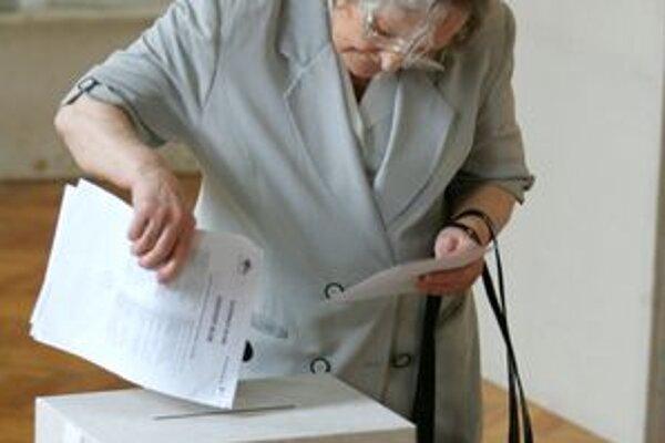 Starší ľudia prichádzali k urnám hneď zrána.