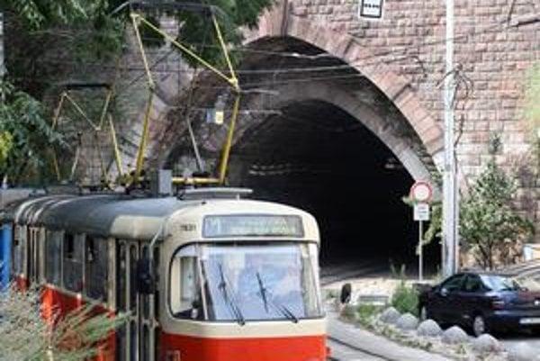 Tunel je vojenskou stavbou, pôvodne bol protilietadlovým krytom. Električky tadiaľ začali premávať až v 80. rokoch.