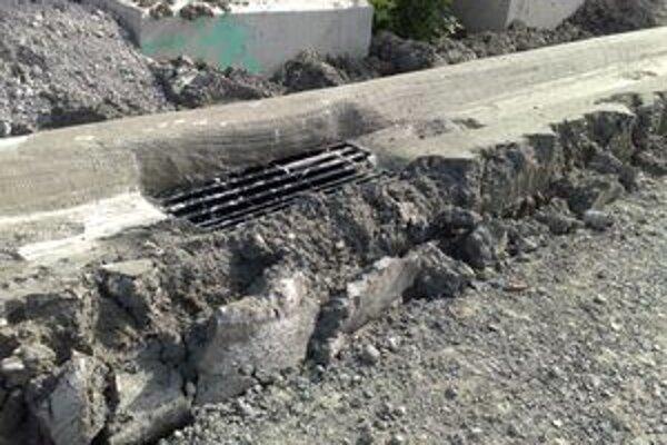 Poškodený odvodňovací kanál na ceste R1 pri časti nazývanej Pod Kortínou.