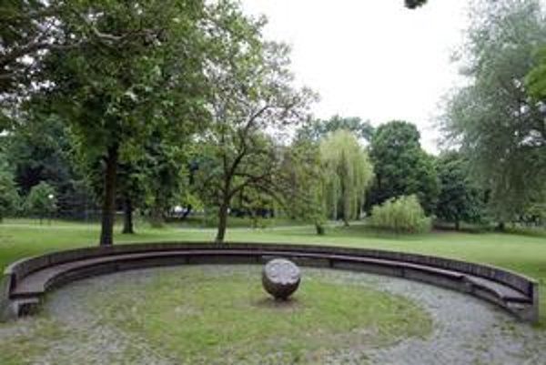 Zverokruhy s polkruhovými sedeniami vznikli v Sade Janka Kráľa pri rekonštrukcii v 70. rokoch minulého storočia. Niektoré v centrálnej časti parku sú funkčné, iné zarastené.