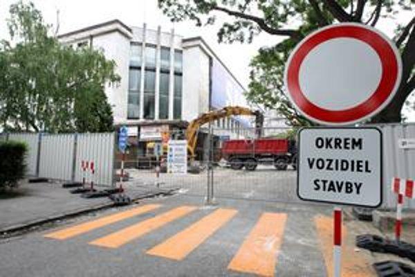 Chodci ignorujú nový priechod za križovatkou Trnavskej cesty a Ulice odbojárov. Z protiľahlej zastávky MHD k zimnému štadiónu si skracujú cestu po bývalom priechode.
