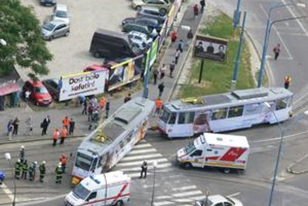 Vodič novej linky číslo 16 omylom odbočil smerom na Hlavnú stanicu. Pri cúvaní sa vykoľajil prvý vozeň.