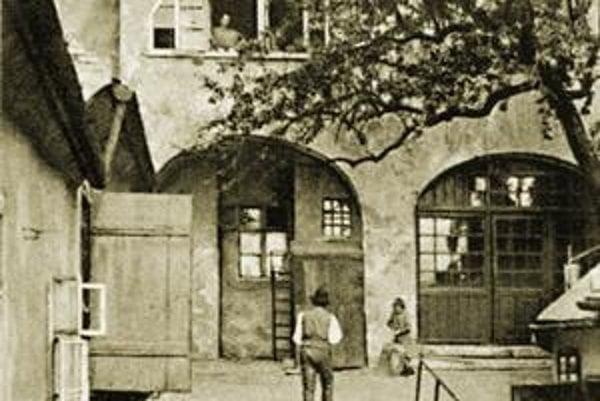 Vľavo dvor na Vydrici.