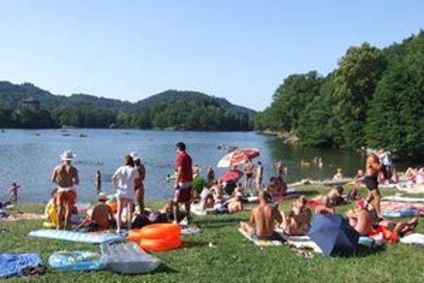 Počúvadlianske jazero patrí v lete k najnavštevovanejším v regióne.