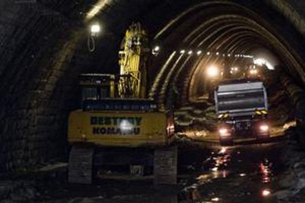 Staré koľajnice aj trolejové vedenie je už v tuneli vytrhané.