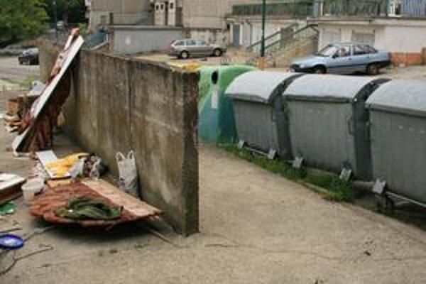 Betónové ohrádky pre kontajnery v Dúbravke sa zmenili na čierne skládky.