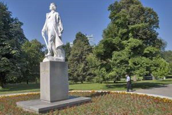 Trojmetrová socha Janka Kráľa po očistení zosvetlela. Naposledy ju čistili asi pred 20 rokmi.