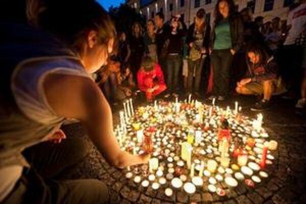 Spontánne zorganizovaná sviečková spomienka na usmrteného mladíka a za skoré uzdravenie zranených z O2 arény trenčianského festivalu Pohoda 2009.