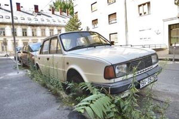 Okolo starého auta na Francisciho ulici vyrástla burina, zjavne sa s ním nejazdí. Obyvatelia upozornili samosprávu, že je to vrak. Tá zistila, že jeho vlastník má zaplatené parkovacie miesto až do februára budúceho roka.