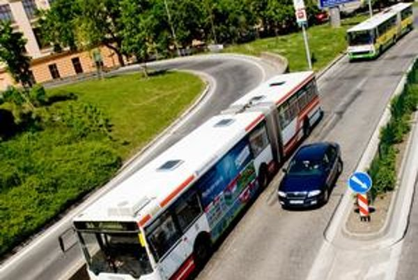 V meste dnes jazdí okolo 440 autobusov, najstarší je z roku 1990.