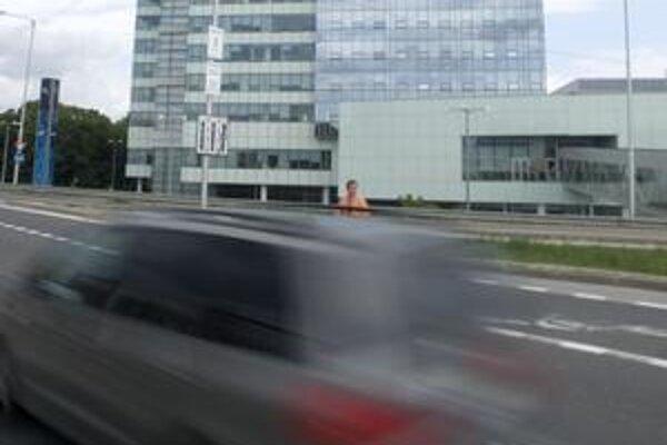 Ani dopravné zábrany nezabránili ľuďom prebiehať cez frekventovanú Panónsku cestu pri Auparku. Magistrát sa rozhodol osadiť sem aj panely. S ich inštaláciou začne vraj najbližší týždeň. S montážou budú mesto stáť približne 14-tisíc eur .