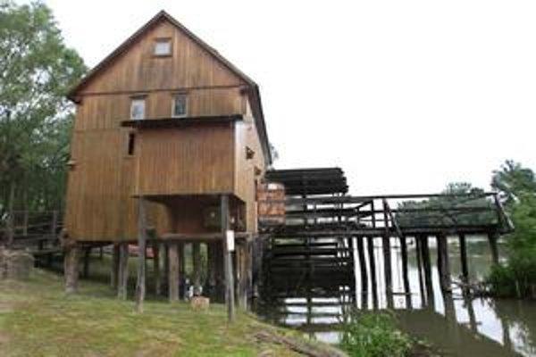 Kolové mlyny na vodnom toku Malého Dunaja sú svojským fenoménom, zaujímavými pamiatkami, ktoré sa oplatí vidieť. Na snímke je kolový mlyn v Jelke – pri skanzene na trávnatej pláži sa dá rozložiť stan a varia tu skvelé haláslé. Prvá písomná zmienka o Jelke