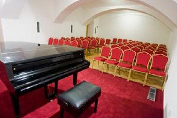 Suterén konzervatória na Konventnej roky okupovalo vlhko. Pri celkovej rekonštrukcii budovy tam vznikla menšia koncertná sieň so zázemím.