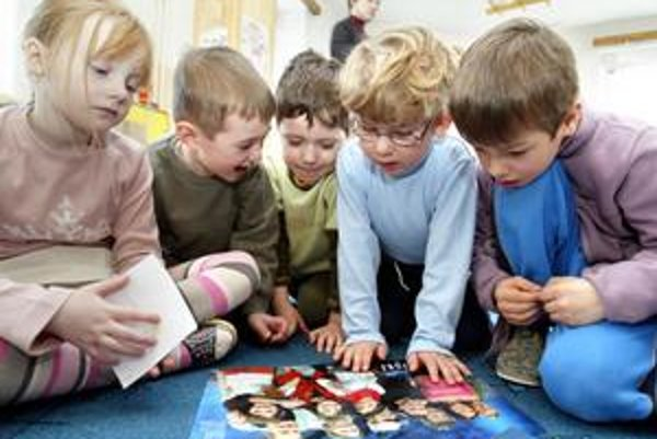 V Petržalke chýba asi sto miest pre škôlkarov, v Novom Meste dvesto. Staré Mesto otvorilo novú triedu v škôlke na Karadžičovej ulici. Zrušenú triedu v škôlke na Dobšinského nahradilo na Javorinskej.
