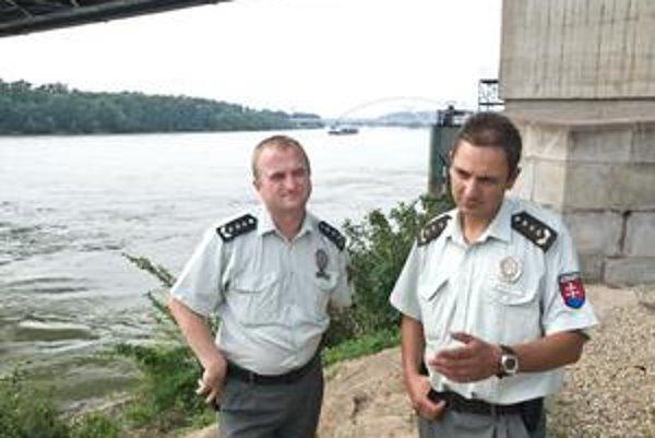 Policajti poriečneho oddelenia Roman Gajdoš a Ľuboš Brník zachránili život 41-ročnému mužovi z okresu Nové Zámky.