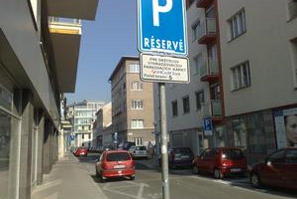 """Od nového roka sa mení parkovanie v zóne od Kollárovho námestia po hranicu s Ružinovom. Väčšina miest bude pre Staromešťanov, firmy ani obyvatelia si už nebudú môcť """"kúpiť"""" miesto."""