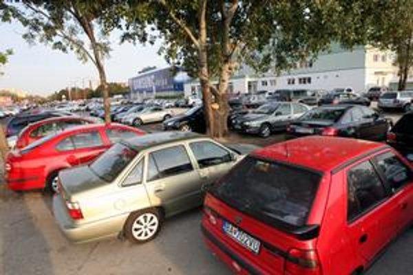 Počas nedeľného hokejového zápasu v Ružinove sa neparkovalo len pred štadiónom V. Dzurillu, ale aj na tráve pri križovatke Bajkalská - Ružinovská a pred susednou nemocnicou. Mestská časť totiž cez víkend robila hody.