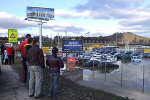 Pri zaplavenom autobazáre sa zastavovali mnohí okoloidúci.
