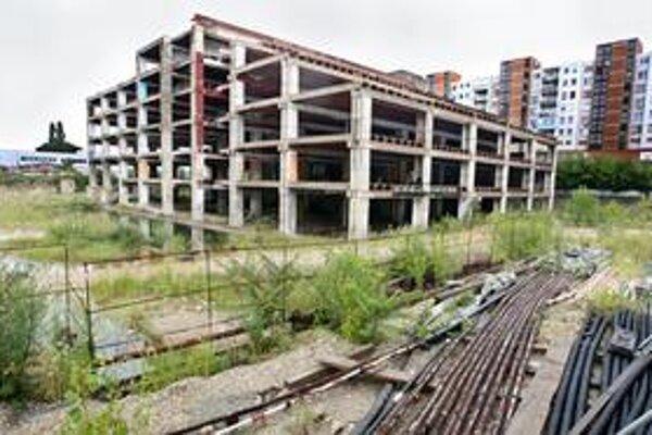 Na mieste sľúbeného obrovského obchodnozábavného centra zatiaľ stojí len skelet pôvodnej budovy.
