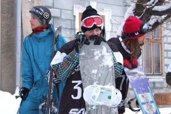 Snowboardisti pred štartom.