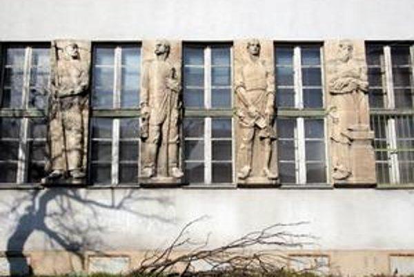Ministerstvo kultúry najskôr rozhodlo, že z niekdajšej obecnej radnice v Prievoze sú najcennejšie reliéfy na fasáde. Teraz je však pamiatkou už celá budova. Jej vlastník - súkromná poliklinika podala proti postupu ministerstva žalobu.