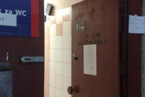 Záchody v obchodnom dome pripomínajú jeho minulosť. Vynoviť by sa mali na jar.