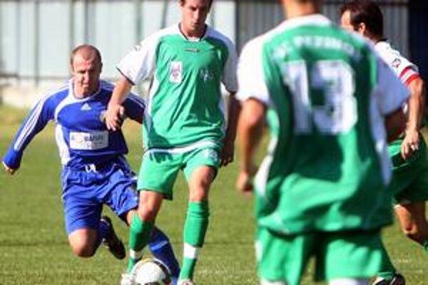 Jesennú časť III. futbalovej ligy najlepšie zvládli Pezinčania (v zelenom) a prezimujú na prvom mieste. Zo zápasu FC Ružinov – PŠC Pezinok 1:1.