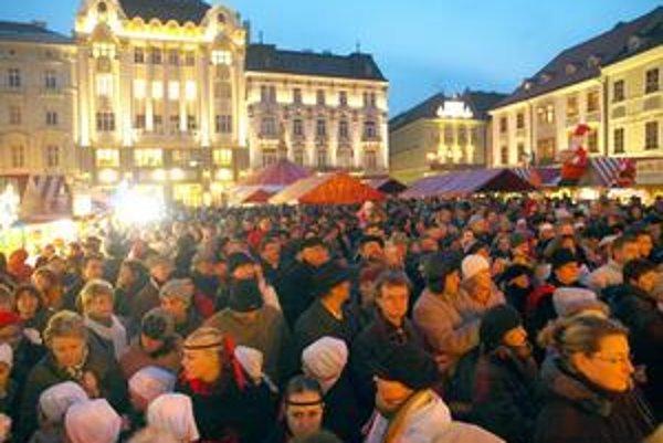 Stánky vianočných trhov zaplavia Hlavné námestie, Františkánske aj Hviezdoslavovo. Na nádvorí Starej radnice stáť nebudú,  pre rekonštrukciu je neprístupná.