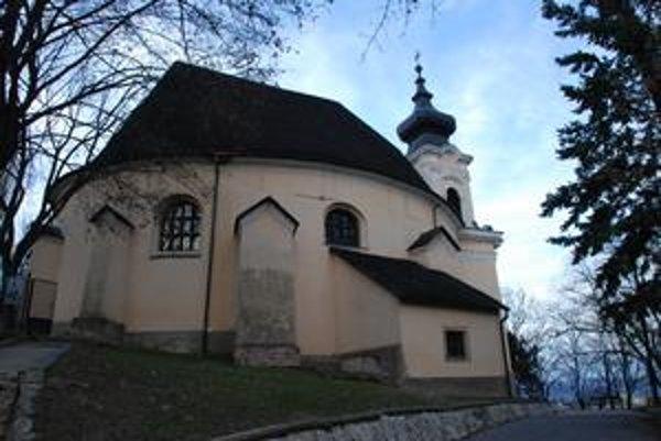 Kostol sv. Kozmu a Damiána je pamiatkovo chránený. Urnový háj má vzniknúť na kopci pod ním.