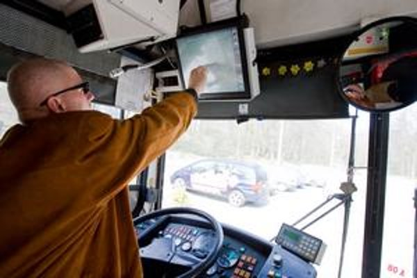 Dopravný podnik tvrdí, že kamerový systém vo vozidlách MHD zvýši bezpečnosť cestujúcich a odradí výtržníkov. Vodič môže po upozornení okamžite privolať pomoc prostredníctvom dispečingu.